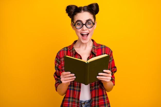 예쁜 아가씨의 사진 열린 책을 읽고 재미있는 이야기를 읽고 입을 벌리십시오.