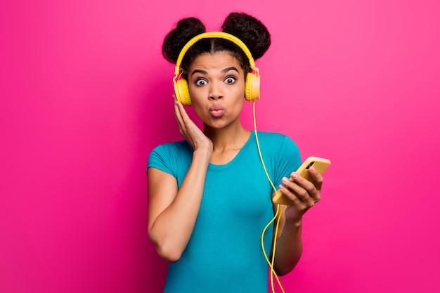 예쁜 아가씨의 사진 전화를 들으십시오 음악 현대 기술 이어폰