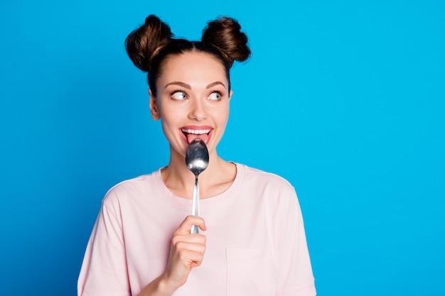 口の中のきれいな女性の金属スプーンの写真はトリッキーな外観側の空きスペースをなめる