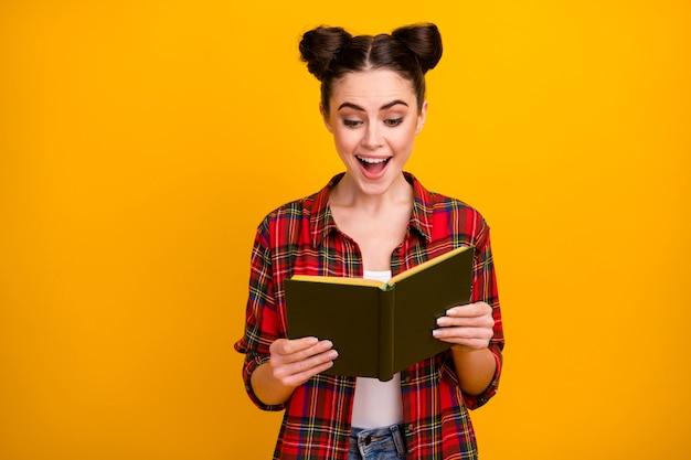 Фото красивой дамы с открытым ртом, держащей книгу с открытым ртом, возбужденное лицо