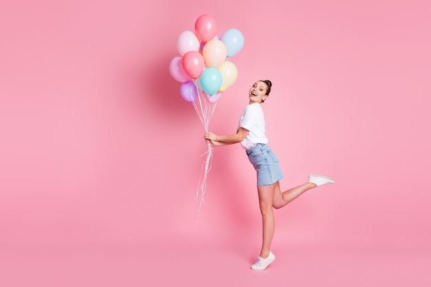 きれいな女性の写真かわいいお団子夏の良い気分は多くの気球の誕生日のお祝いを開催します