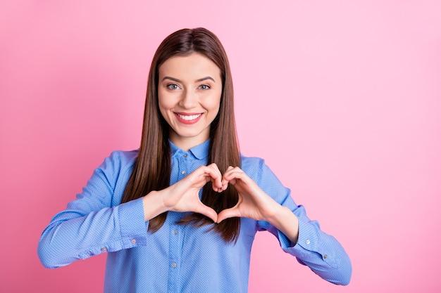 팔으로 심장 기호를 보여주는 예쁜 아가씨의 사진