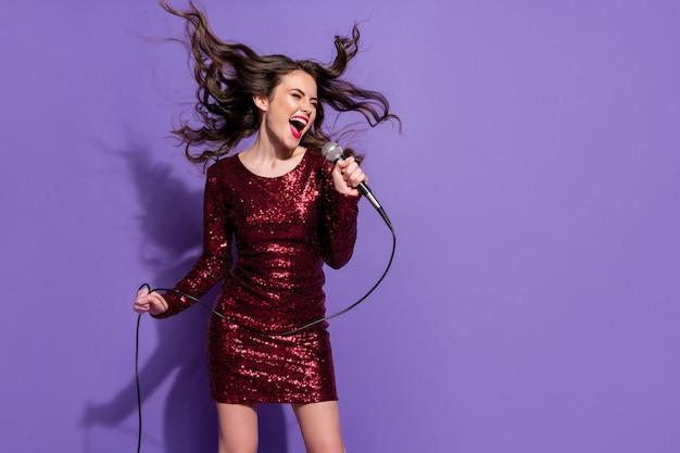 Фото симпатичной леди поют в микрофон любимая рок песня наслаждайтесь вечеринкой