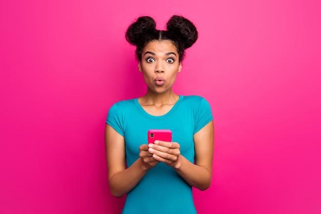 かなりショックを受けたミレニアル世代の女性が電話でショックを受けた顔をしている写真
