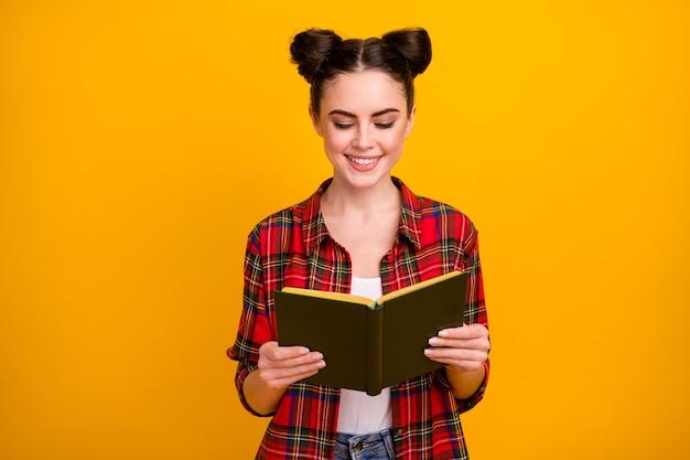 Фотография симпатичной студентки держит книгу, читая интересную историю