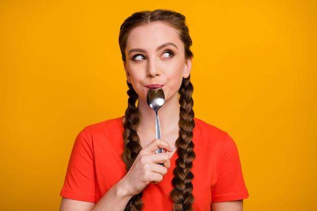 Фотография симпатичной девушки-подростка с металлической ложкой во рту выглядит мечтательным пустым пространством