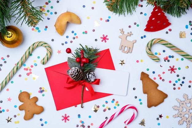 빈 흰색에 빨간 봉투, 쿠키, 가문비 나무 크리스마스 장식의 사진