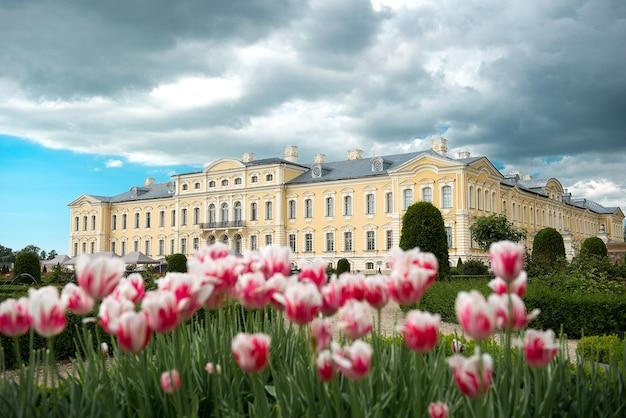 Фотография рундальского дворца и его садов, построенного во дворце 18 века в стиле барокко в латвии.