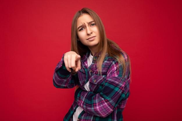 슬픈 화난 사진을 입고 기분이 상한 감동적인 변덕스러운 젊은 매력적인 좋은 꽤 어두운 금발의 여자
