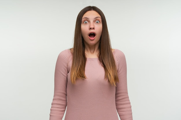 怖がっている若い女性の写真は、上司からの罰を恐れて、彼女が寝過ごしていることに気づく