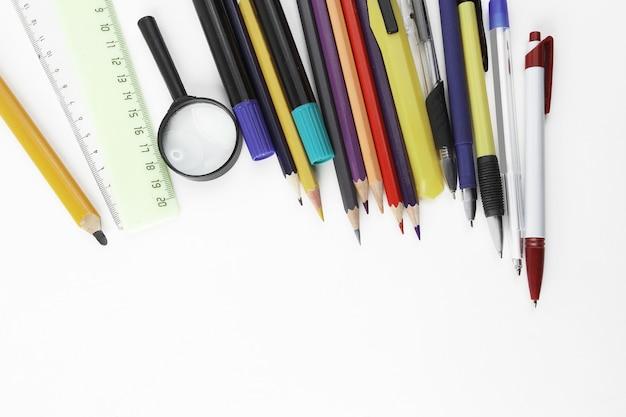 Фото школьных принадлежностей и место для текста на белом фоне.
