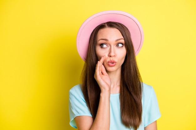 秘密の女の子の写真コピースペース共有友人プライベート伝聞メッセージホールドハンド唇は明るい色の背景の上に分離された夏のシーズンの服を着る