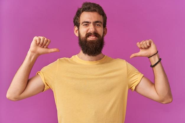 자기 확신 잘 생긴 수염 난 젊은이의 사진은 자신, 감정 이기적 인 관대하지 않은 자기 중심의 손가락을 가리키고 있습니다.