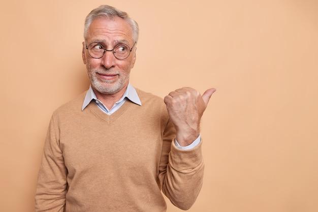 先輩のあごひげを生やした男性が親指を離れて指している写真は、空白を示している推奨事項を示しています