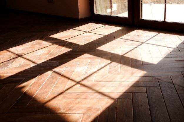 床の窓からの影の写真
