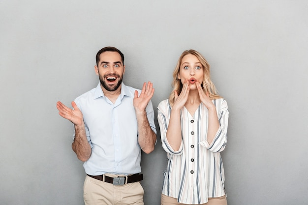 웃으면서 보고 있는 캐주얼 옷을 입은 충격받은 커플의 사진