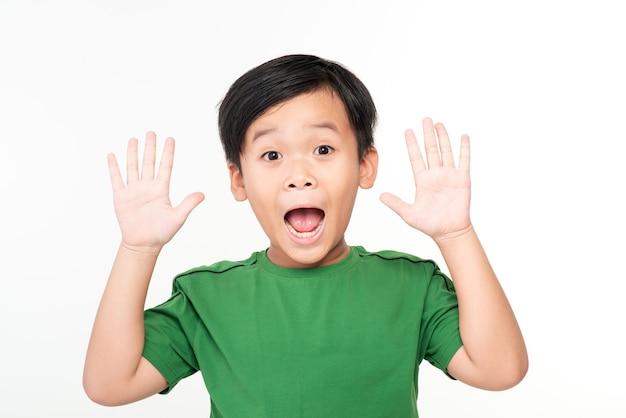 ショックを受けた小さな男の子の手の写真は、白で隔離された立っています。カメラを探しています。