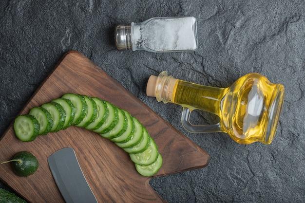 Фотография нарезанного огурца с маслом и солью. фото высокого качества