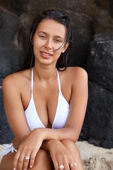 매력적인 백인 검은 머리 여자의 슬림 사진