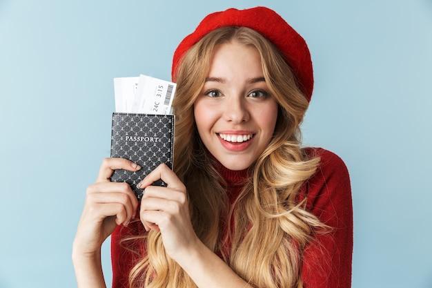 Фотография улыбающейся блондинки 20-х годов в красном берете с изолированным паспортом и проездным билетом