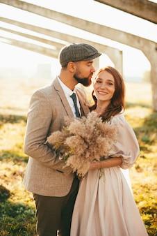 笑顔の若い夫婦新郎新婦の写真