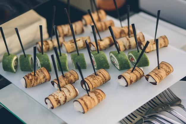 ビュッフェ式宴会テーブルの軽食の写真冷たいおやつ料理