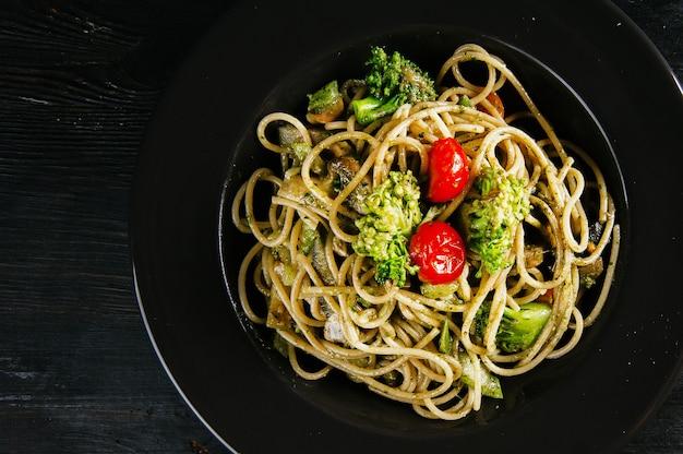 ブロッコリーとトマトのおいしいヘルシーなイタリアンパスタの写真