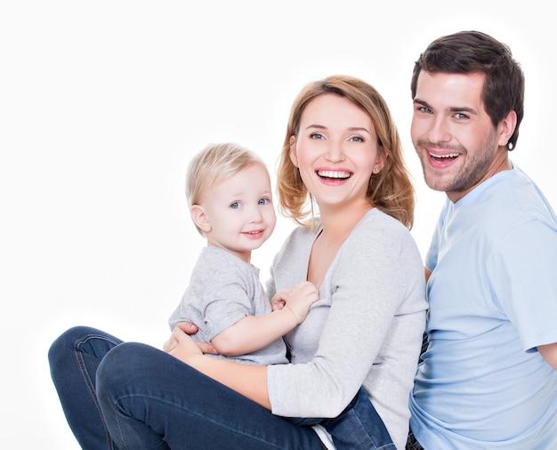 앉아 작은 아이와 함께 행복 한 젊은 가족의 사진