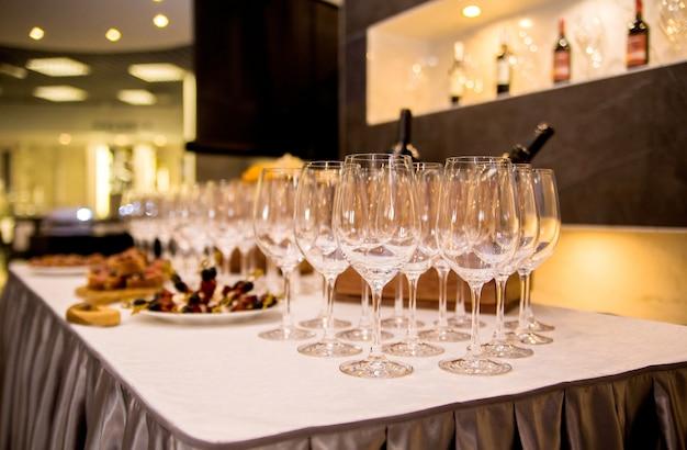 Фотография стола покрыта закусками и бокалами для вина.