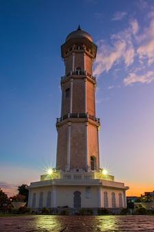 반다 아체 시에 있는 그레이트 모스크 타워의 사진