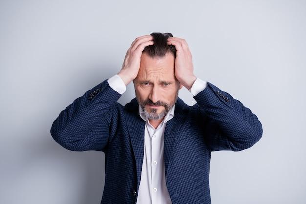 피곤하고 지친 스트레스를 받은 실패한 작업자 나이 든 성숙한 남자가 해고된 관리자 에이전트가 직장을 잃은 사진