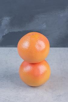 2つの新鮮な有機グレープフルーツの写真。
