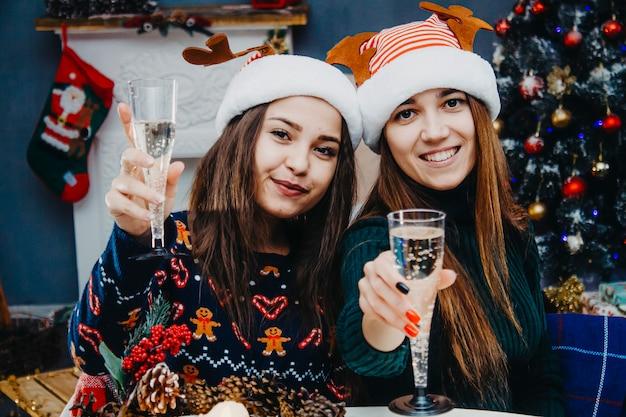 Фото двух друзей на новый год. девушки в новогодних костюмах.