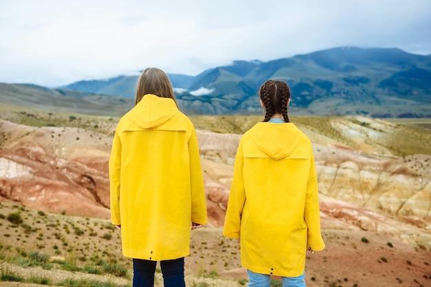 색깔의 산을보고 두 여자 등산객의 사진