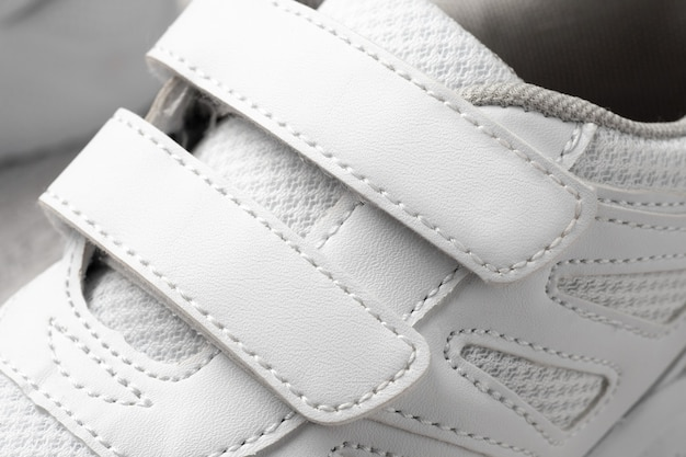 Фото белых детских кроссовок макросъемка спортивных кроссовок из кожи и ткани с ...