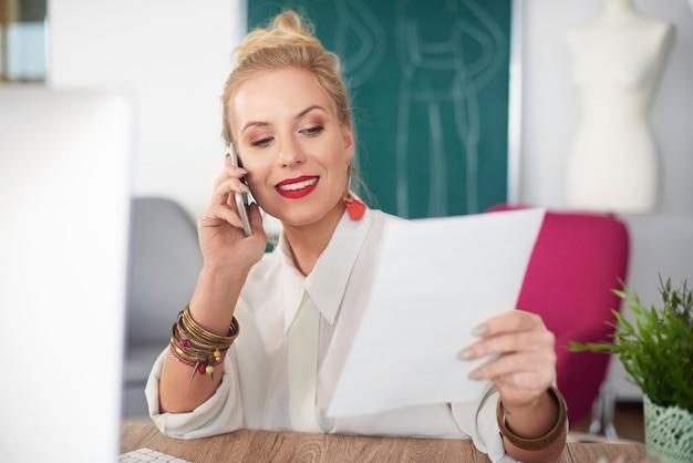 Фотография звонящей женщины