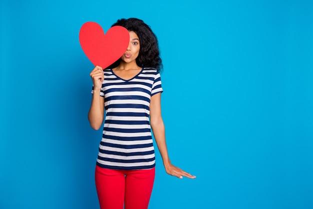 당신에게 키스하는 여자의 사진은 큰 붉은 마음으로 얼굴의 절반을 줄무늬 티셔츠 커버를 착용