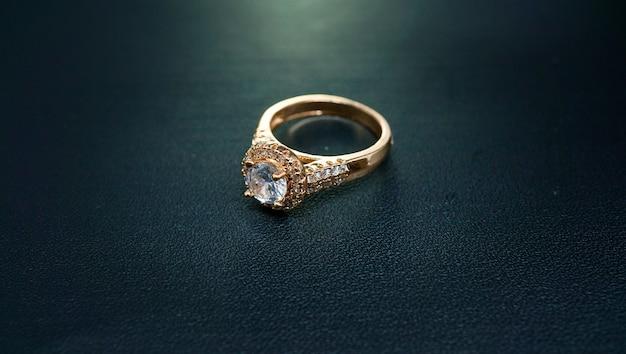 Фото женского золотого кольца, украшенного сверкающим бриллиантом