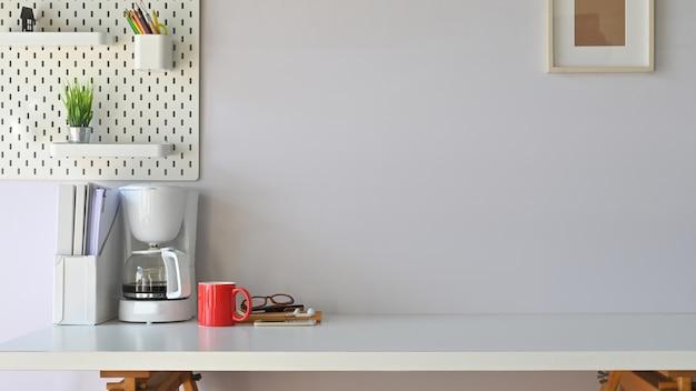 Фото рабочего стола в современном рабочем месте. оборудование на столе. утром концепция рабочего пространства.