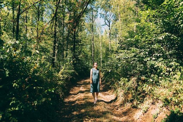Фото молодой красивой женщины, прогулки в лесу и отдыха.