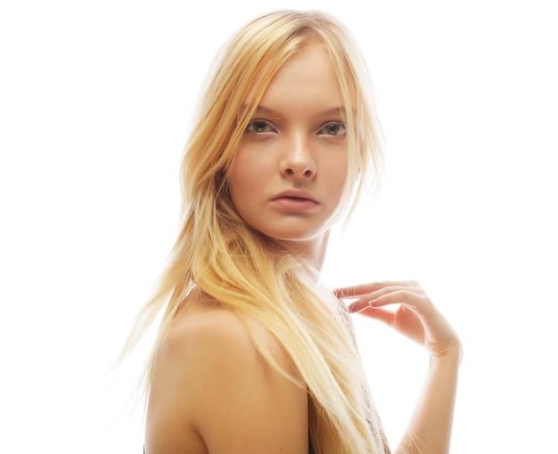 흰색 절연 금발 머리를 가진 아름 다운 젊은 여자의 사진