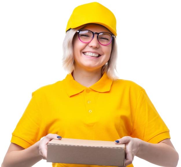 白いきれいな背景に黄色のtシャツで若い金髪の宅配便の写真