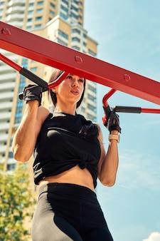 Фото молодой европейской женщины на уличной тренировке в спортивном парке в солнечный день. концепция обучения на открытом воздухе.