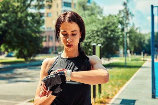 화창한 날에 스포츠 공원에서 거리 운동에 젊은 유럽 여자의 사진. 야외 훈련의 개념입니다.