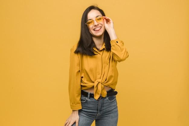 若い女性の写真はサングラスをかけ、とても幸せそうに見えます