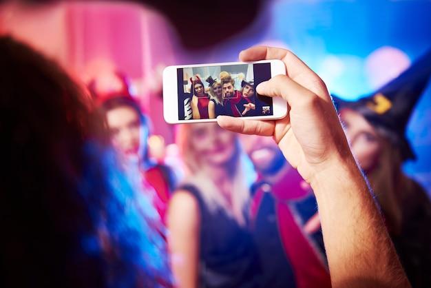 ハロウィーンパーティーで楽しんでいる若い友達の写真