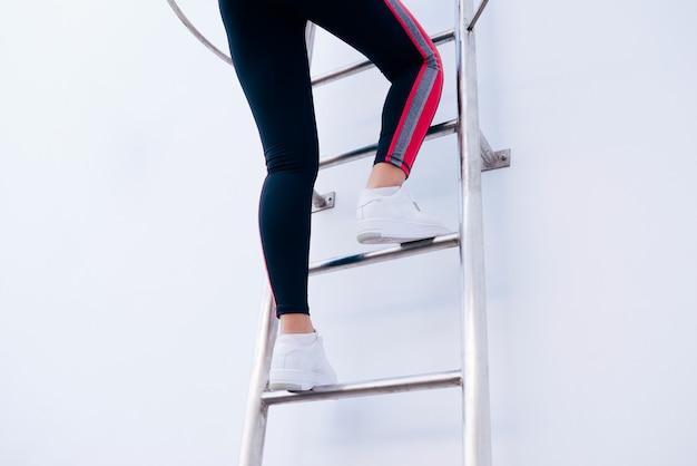 사다리에 단계적으로 등반 하는 어린 소녀의 사진