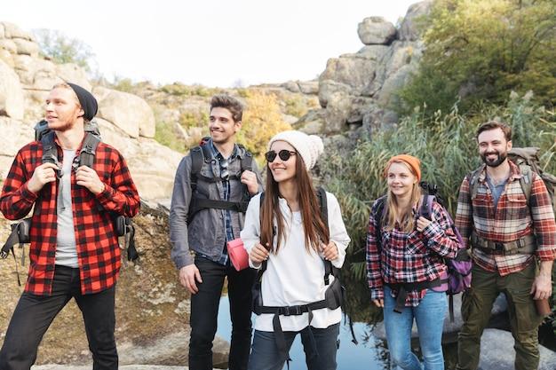 Фотография молодой группы друзей на улице в бесплатном альтернативном кемпинге на прогулке по горам.