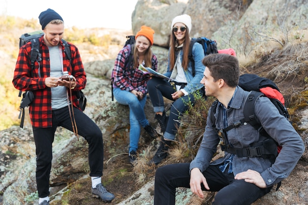 Фотография молодой группы друзей на улице в бесплатном альтернативном кемпинге над горами.