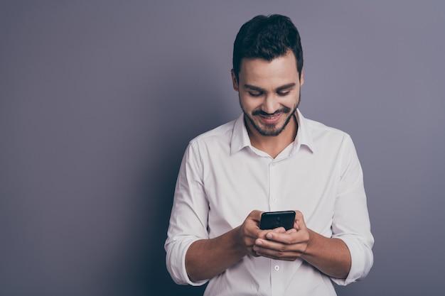 Фотография молодого красивого делового человека смотрит на экран телефона